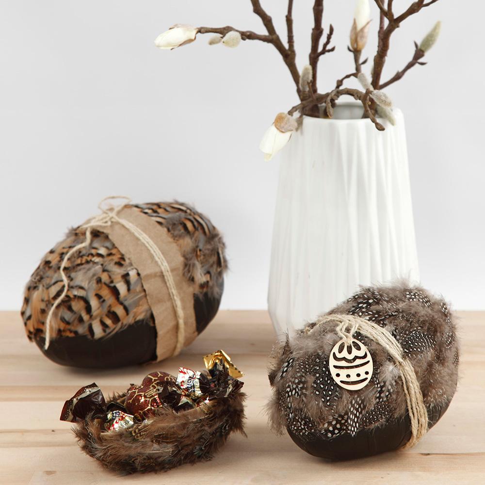 Zweiteiliges Pappmaché-Ei mit echten Federn und Naturkordel