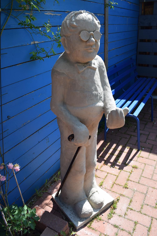 Umwerfende Betonskulptur von Frau Wickel!