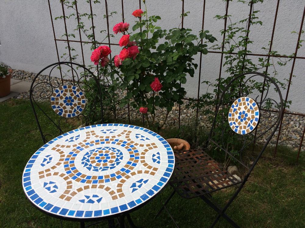 Kreativer Mosaiktisch einer Kundin