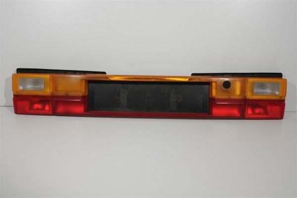 Audi 200 Typ 44 Limousine Rücklichtband/Kennzeichenblende 447945695J